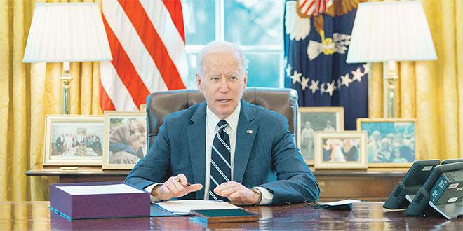 """Biden salue un """"grand jour"""" dans la lutte contre la pandémie"""