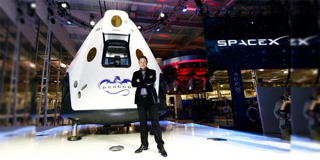 SpaceX lance son premier vol commercial, une méga-fusée avec un satellite arabe